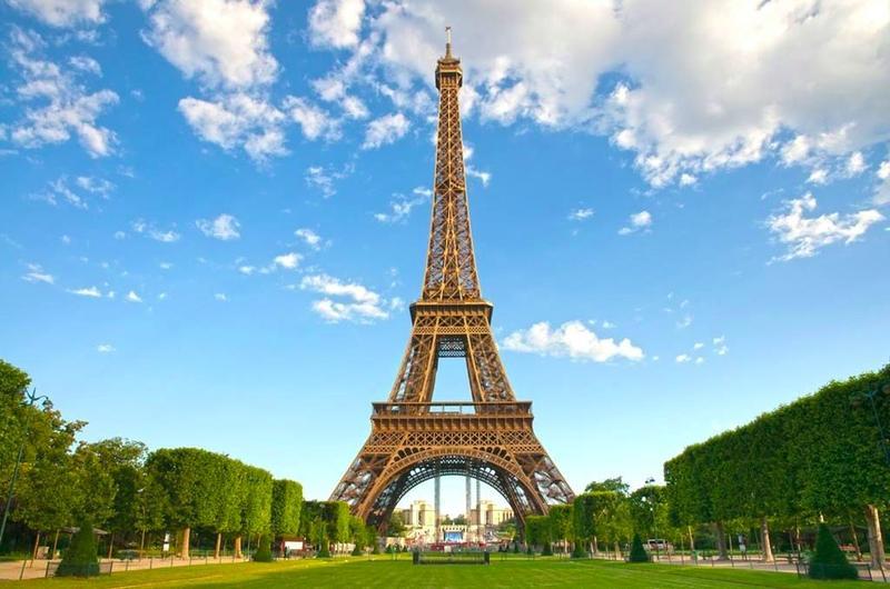 Высота Эйфелевой башни может меняться на 12 сантиметров в зависимости от температуры воздуха.