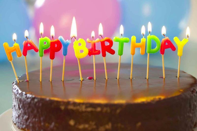 Если в комнате находятся 23 случайных человека, то вероятность того, что у двоих из них день рождения окажется в один день, составляет более 50%.